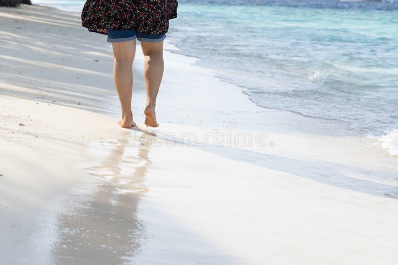 Promenade asiatique de fille sur la plage photos stock