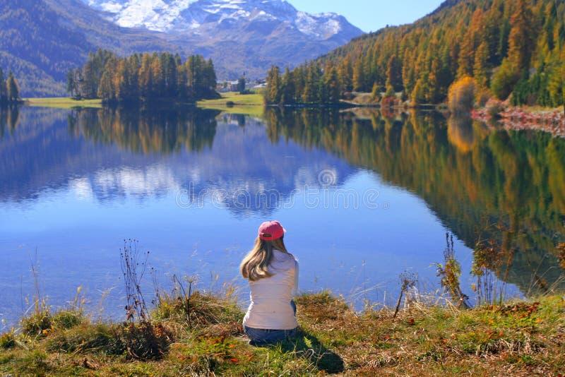 Promenade au lac d'automne photographie stock