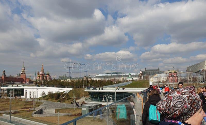 Promenade auf dem Park Zaryadye an einem sonnigen Frühlingstag Ansicht des Moskaus Kremlin lizenzfreie stockfotografie