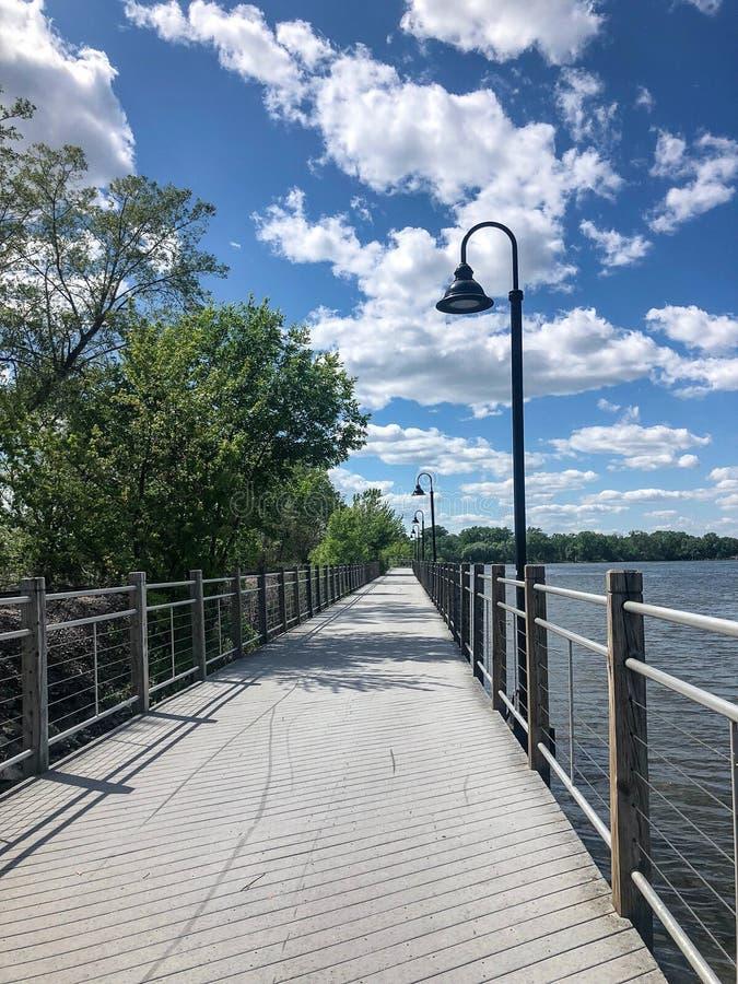 Promenade avec des balustrades le long de lac dans le Wisconsin image stock