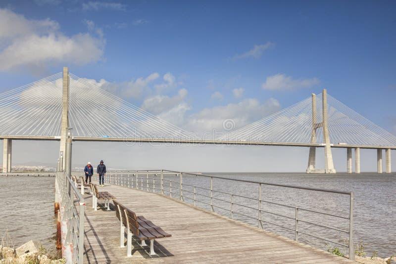 Promenade bei Vasco da Gama Bridge Lisbon Portugal lizenzfreie stockfotos