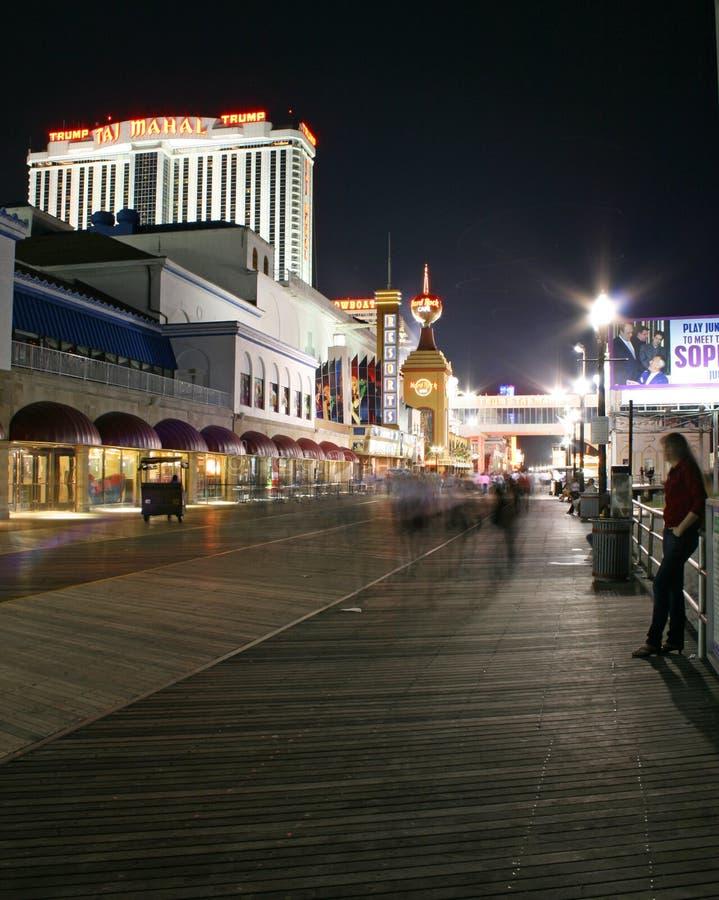 Promenade bij nacht in Atlantic City stock foto