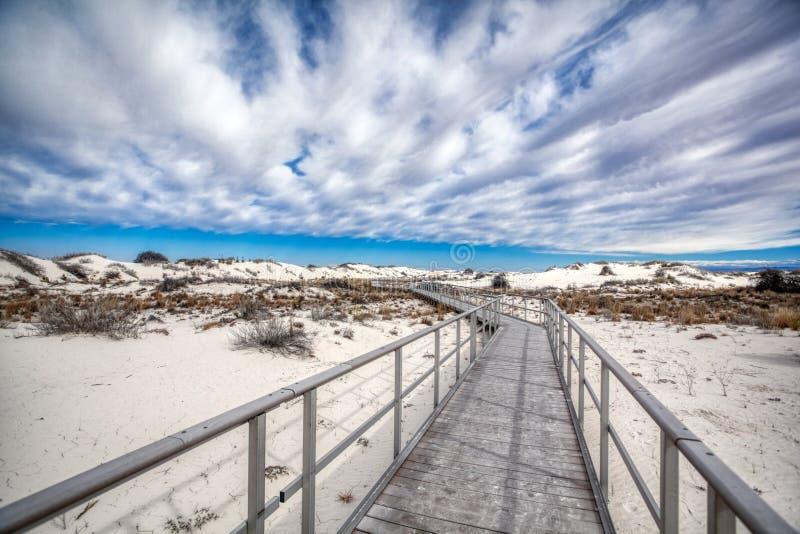 Promenade blanche de panneau de monument national de sables dans le désert photographie stock libre de droits