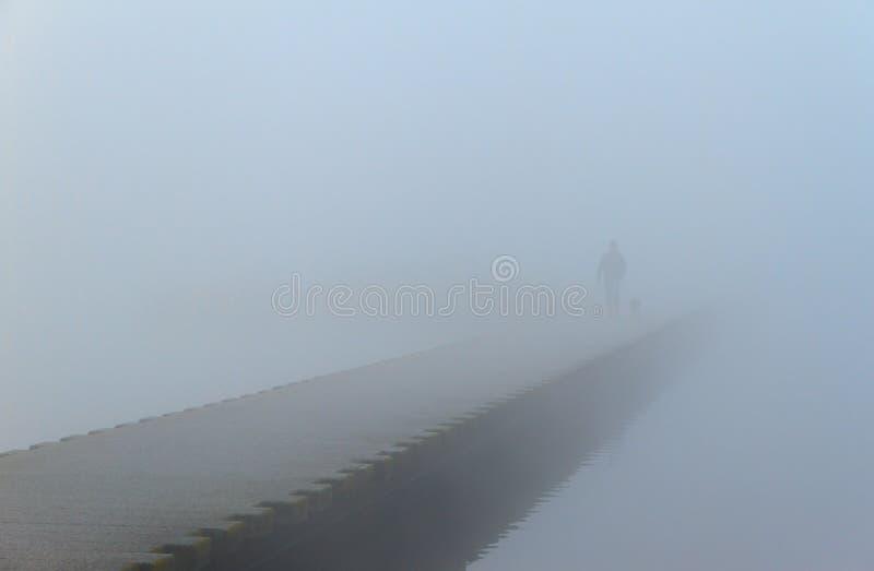 Promenade brumeuse photographie stock