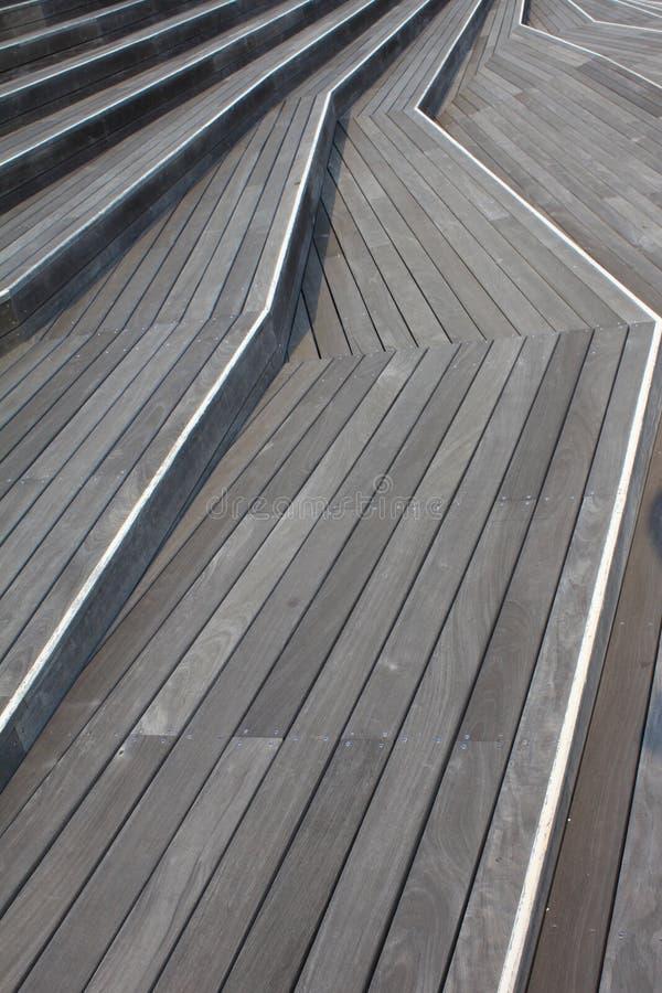 Promenade-chemin bien conçu de plate-forme en bois images libres de droits
