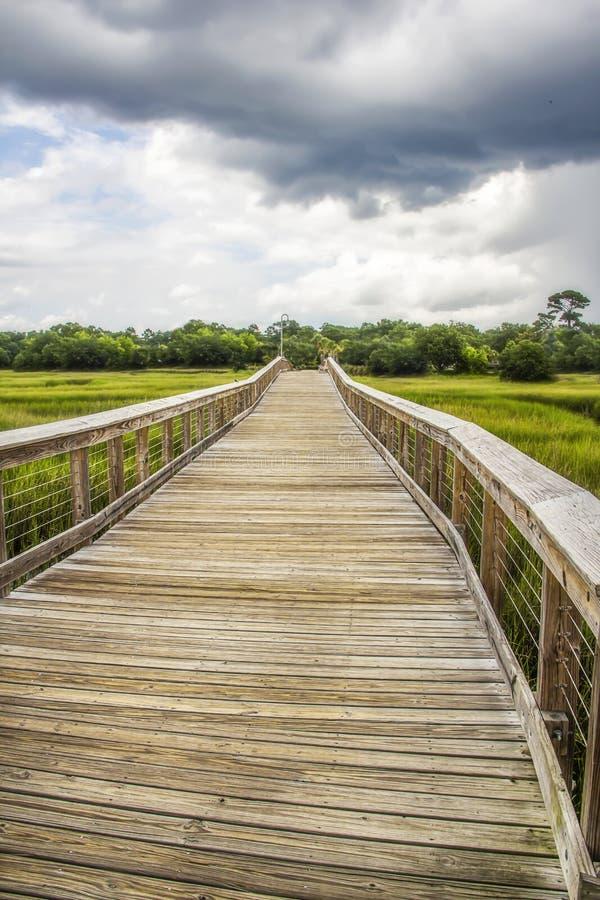 Promenade chez Shem Creek dans le bâti la Caroline du Sud agréable photographie stock