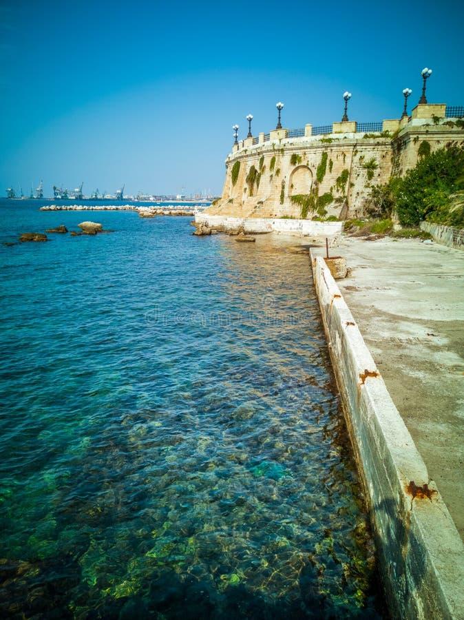 'promenade' con las rocas y balcón panorámico redondo en la ciudad de Taranto en Italia fotos de archivo libres de regalías