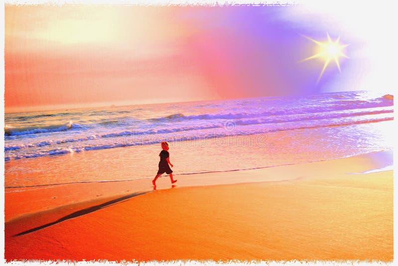 Promenade crépusculaire de la plage de Little Boy image stock