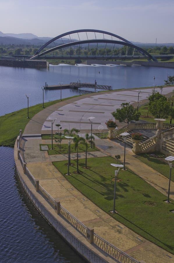 'promenade' curvada y puente curvado imagenes de archivo
