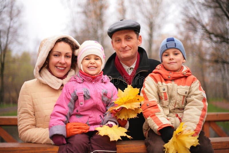 promenade d'érable de lames de famille photographie stock