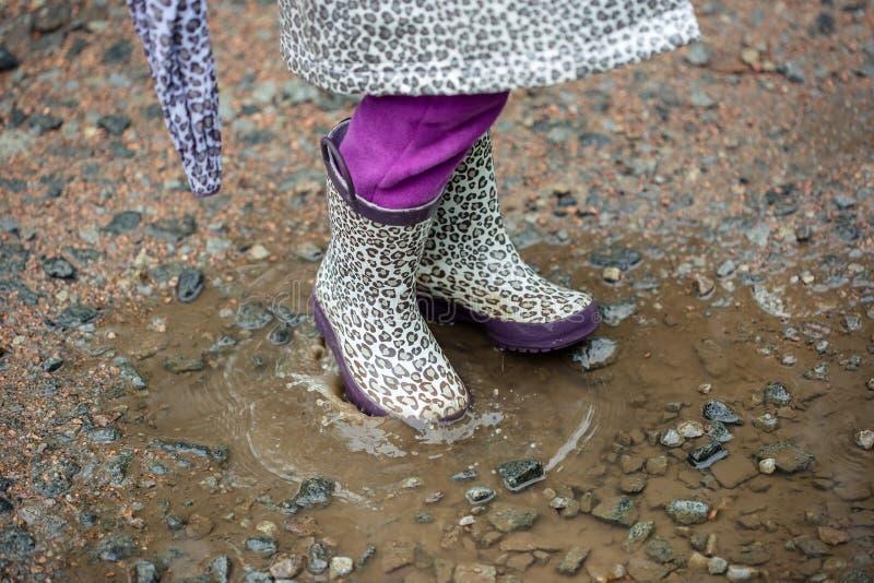 Promenade d'été dans la petite fille de pluie avec un parapluie images stock