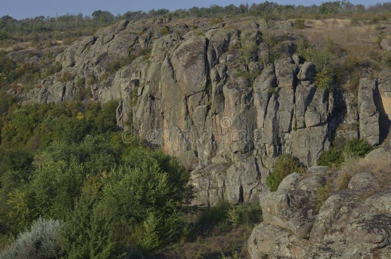 Promenade d'?t? par le canyon avec des amis Aktovo image libre de droits
