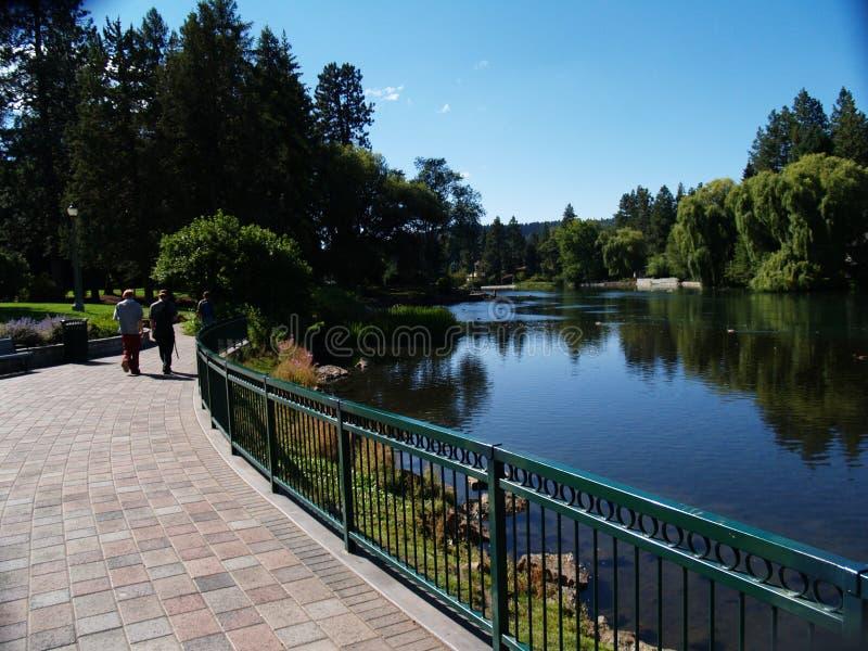 Promenade d'étang de miroir images stock