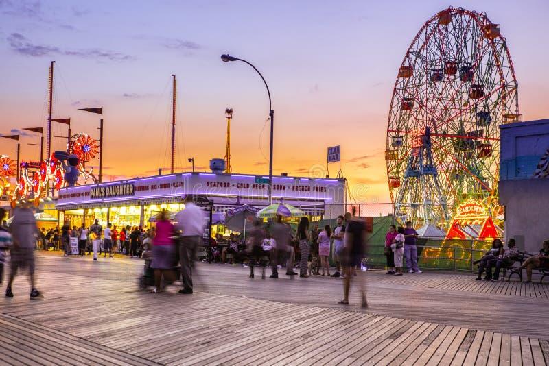 Promenade d'île d'Oney à Brooklyn avec des tours de parc d'attractions photographie stock libre de droits