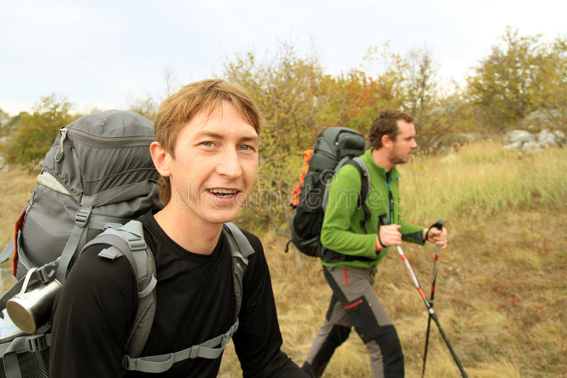 Promenade d'automne dans les montagnes photo libre de droits