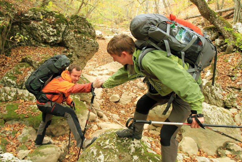 Promenade d'automne dans les montagnes photographie stock libre de droits