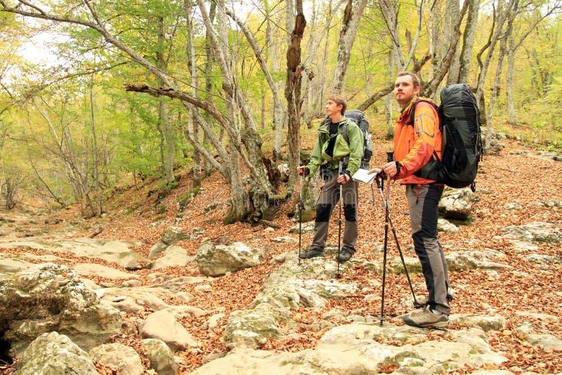 Promenade d'automne dans les montagnes photographie stock