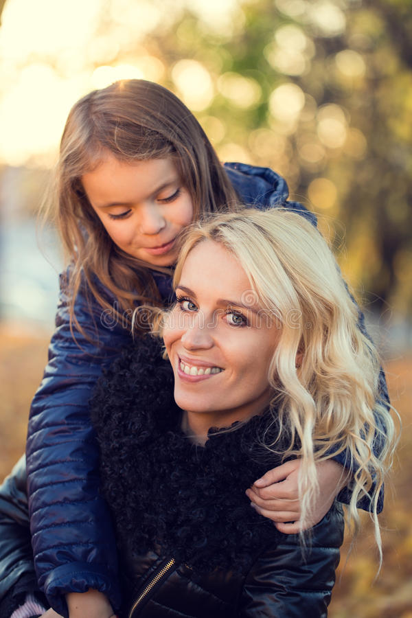 Promenade d'automne de fille de maman image libre de droits
