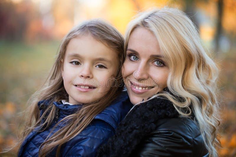 Promenade d'automne de fille de maman photographie stock libre de droits
