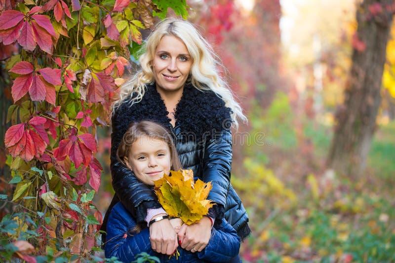 Promenade d'automne de fille de maman photos stock