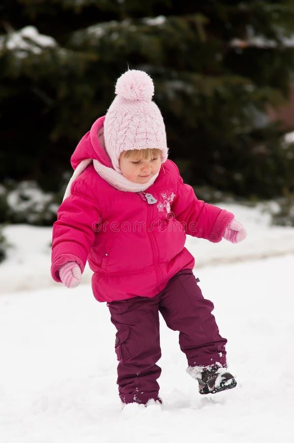 Promenade d'enfant dans la neige photo stock