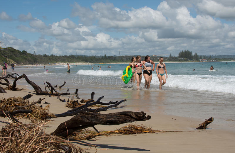 Promenade d'enfants dans la plage de Byron Bay photos stock