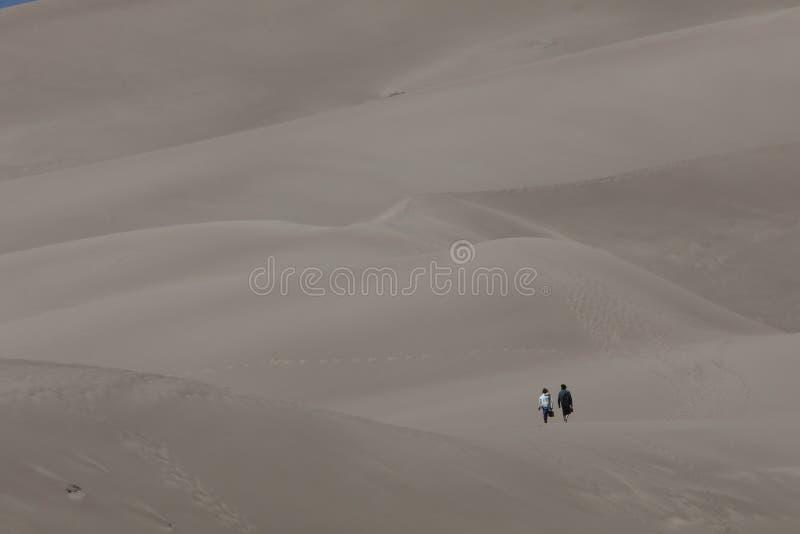 Promenade dans le sable image stock