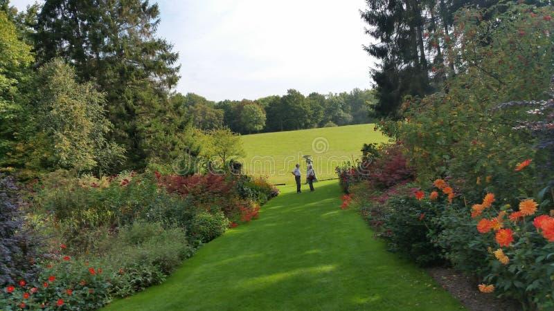 Promenade dans les jardins photo libre de droits
