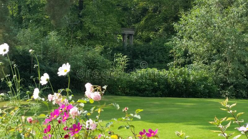 Promenade dans les jardins avec des ruches image stock