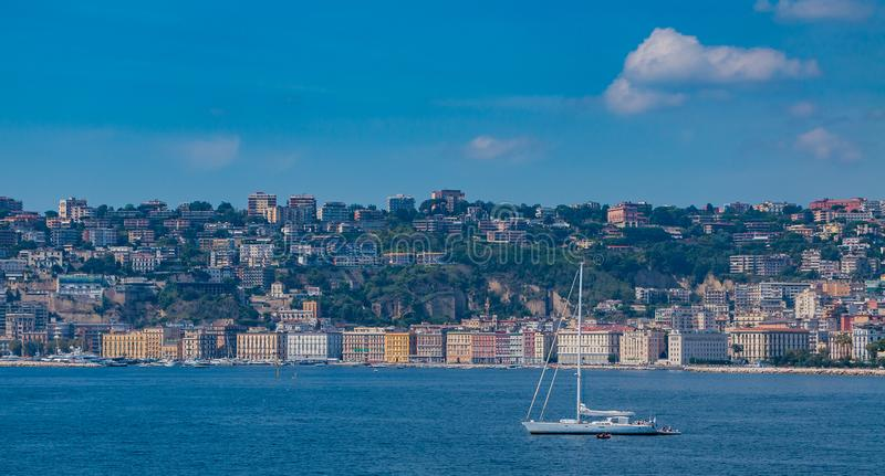 'promenade' de Chiaia y barco de navegación III fotos de archivo