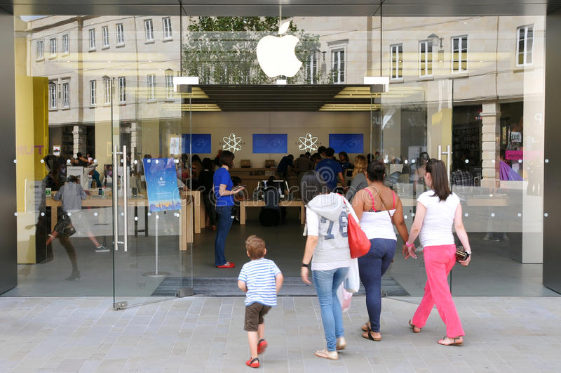 Promenade de clients à Apple Store photos libres de droits