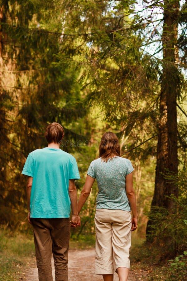 Promenade de couples dans la forêt images stock