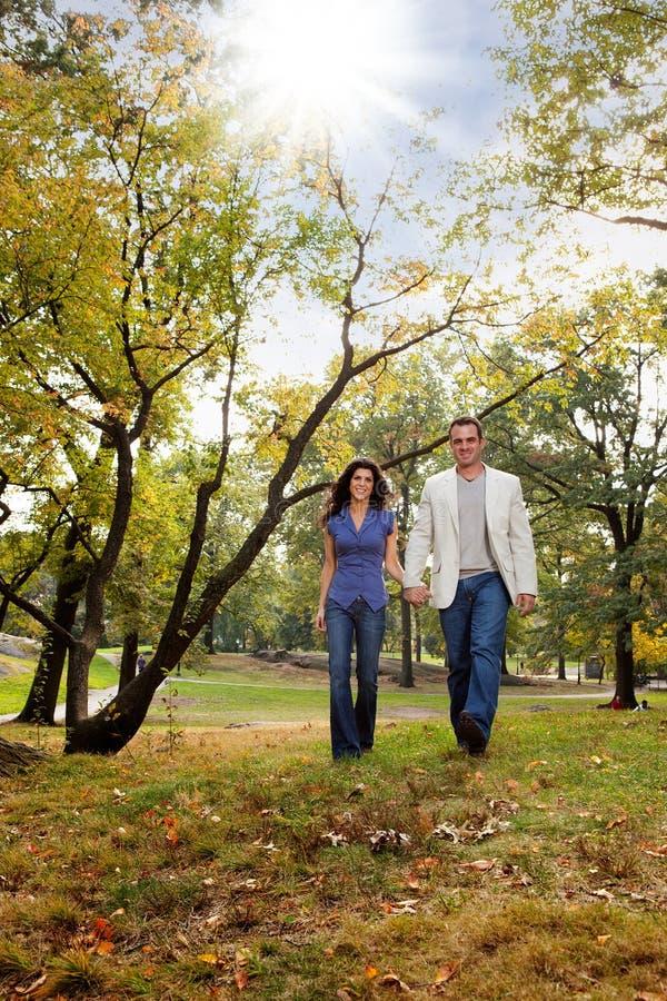 Promenade de couples de stationnement images libres de droits
