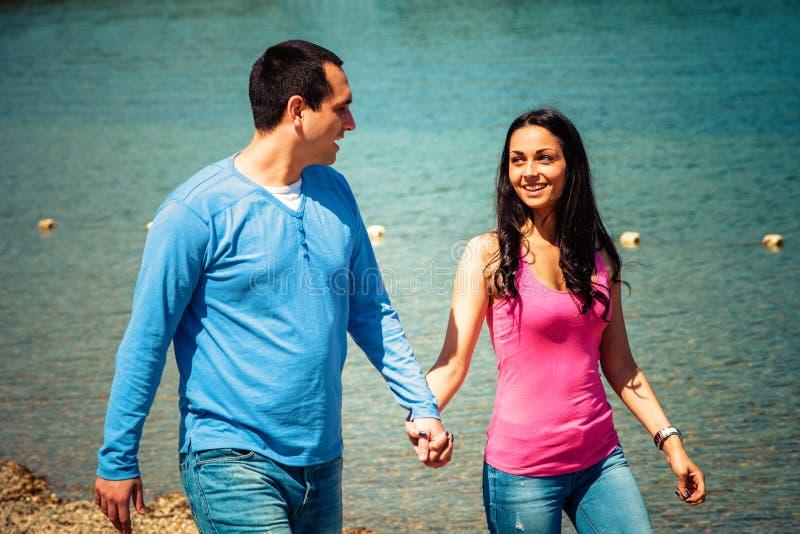 Promenade de couples sur la plage photo stock