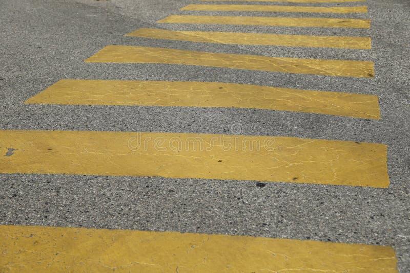 Promenade de croix peinte par jaune du trafic piétonnier photos stock