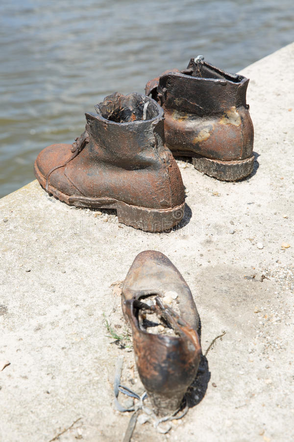 'promenade' de Danubio de los zapatos MONUMENTO A LAS VÍCTIMAS DEL HOLOCAUSTO fotografía de archivo libre de regalías