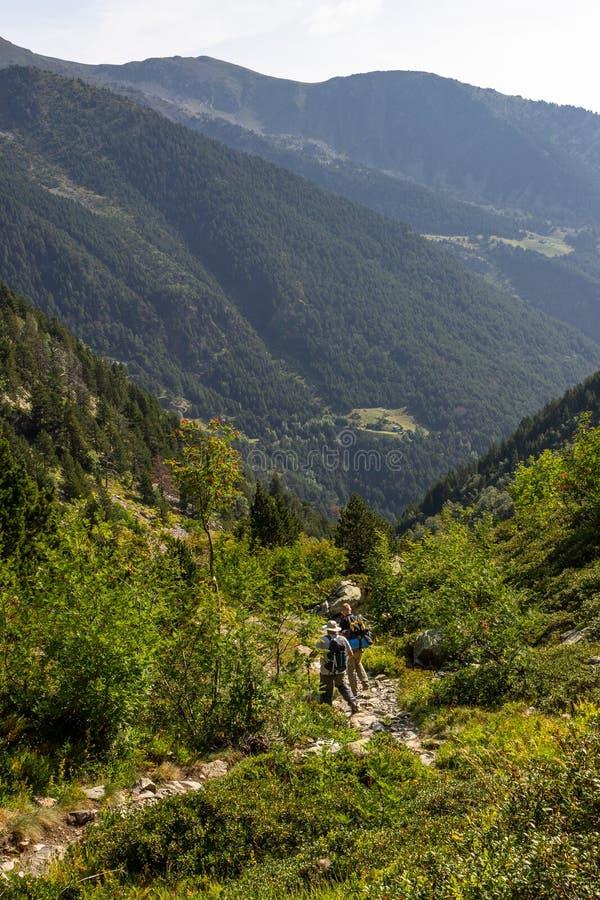 Promenade de deux randonneurs le long des montagnes image stock