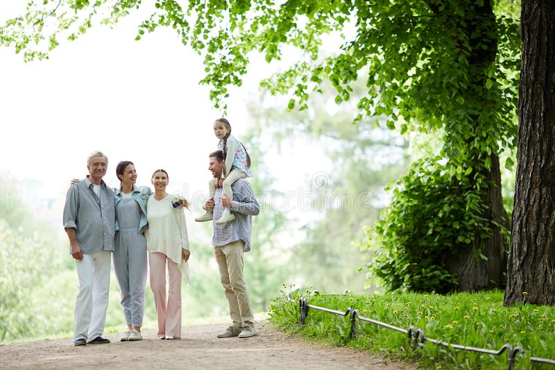 Promenade de famille images stock