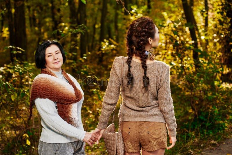 Promenade de famille dans la forêt photos libres de droits
