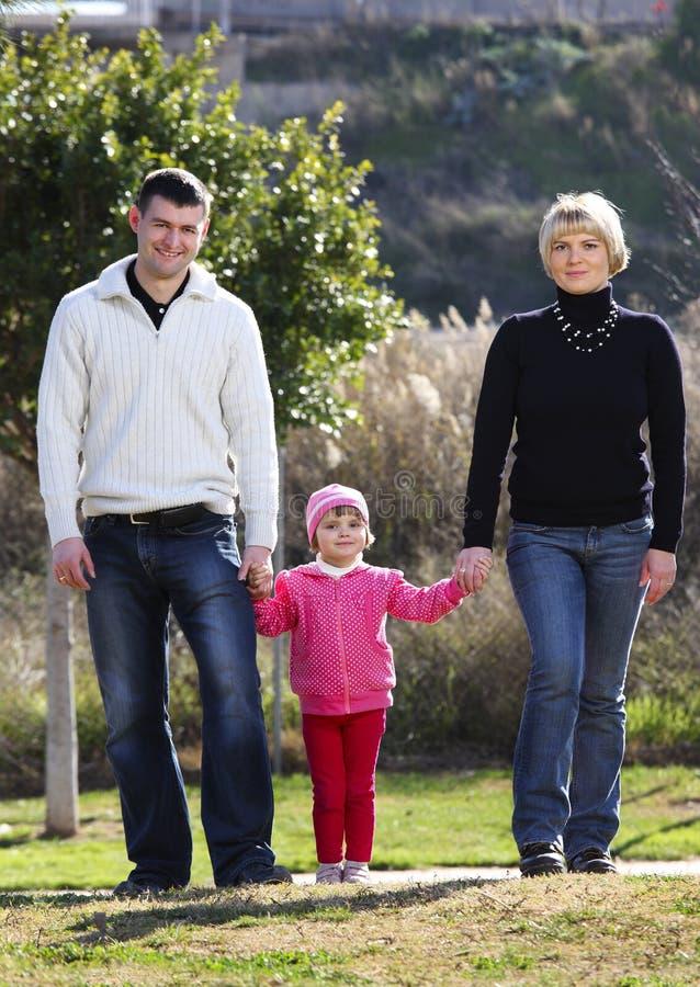 Promenade de famille en stationnement photos stock