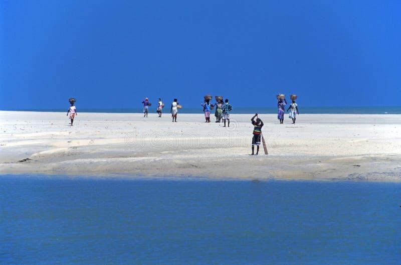 promenade de gens sur le sable images stock