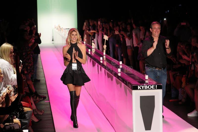 Promenade de Jenn Taule Bell L et de Marc Bell la piste au KYBOE ! défilé de mode images stock