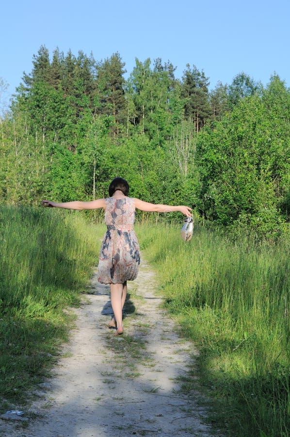 Promenade de jeune femme sur des santals de stationnement et de fixation photographie stock libre de droits