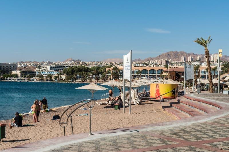 'promenade' de la ciudad con las palmeras y la playa en Eilat, Israel imagen de archivo libre de regalías