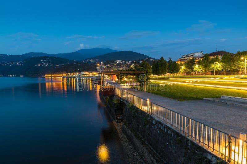 'promenade' de la orilla del lago en la oscuridad Lago Maggiore y ciudad turística de Luino con su orilla del lago hermosa ilumin fotos de archivo libres de regalías