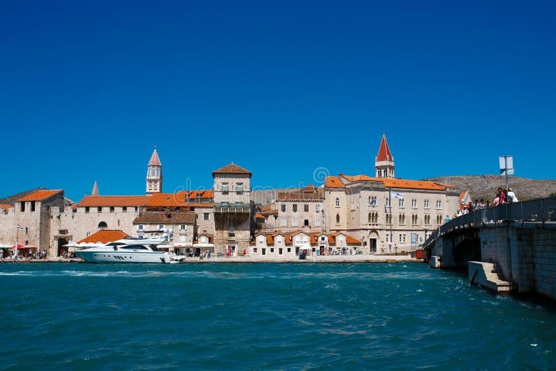 'promenade' de la orilla del mar con los edificios y la torre de iglesia viejos imagenes de archivo