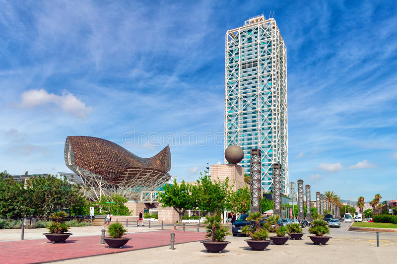 'promenade' de la playa de Barceloneta con arquitectura moderna en Barcelona, España imagen de archivo