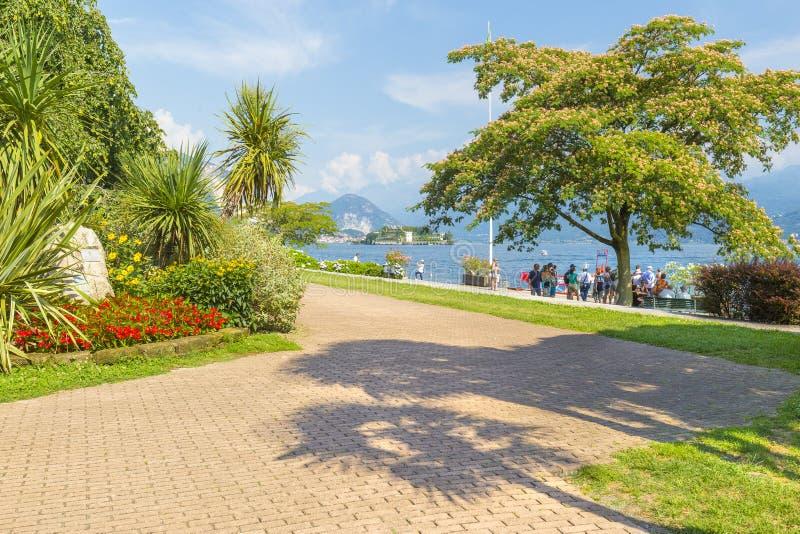 Promenade de Lakeside chez Stresa, Italie photos stock