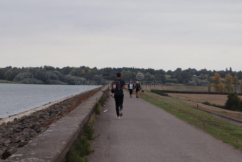 Promenade de loisirs et recyclage le long d'un chemin photos libres de droits