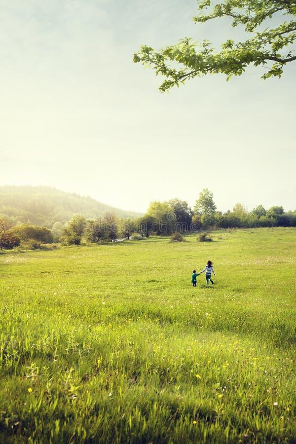 Promenade de mère et de fils dans le domaine image stock